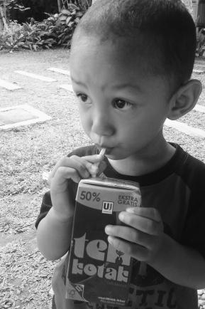 Kid-drinking-teh-kotak.jpg